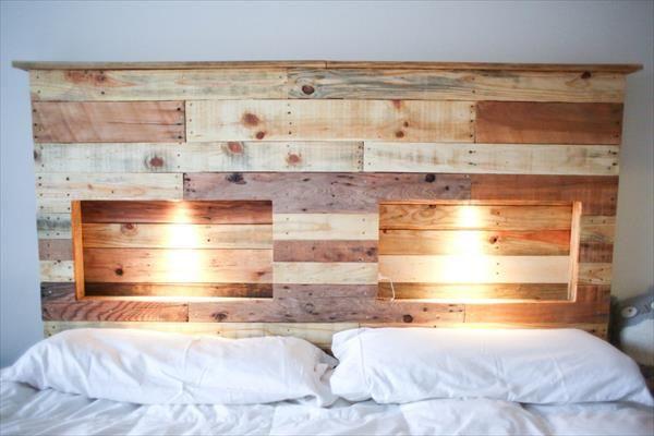 Lumières encastrées dans une tête de lit en bois