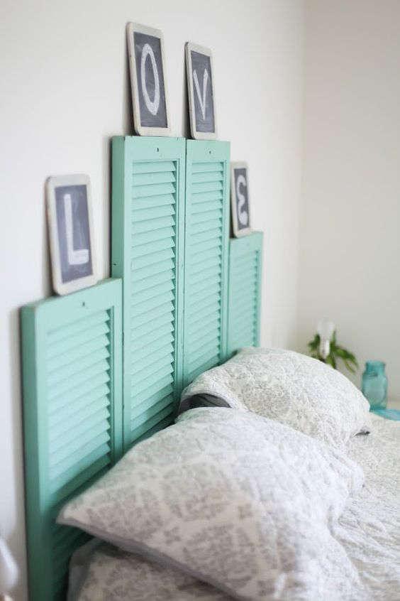 Tête de lit avec des volets de fenêtres