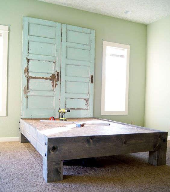 Une vieille porte en bois comme tête de lit rustique