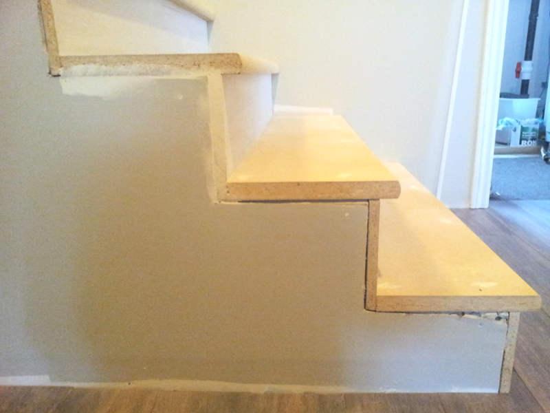 Refaire le gypse sur le côté des marches