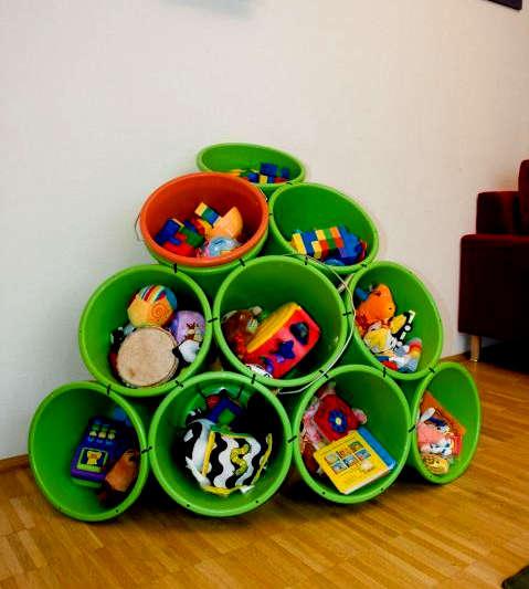 Panier de plastique comme rangement de jouets