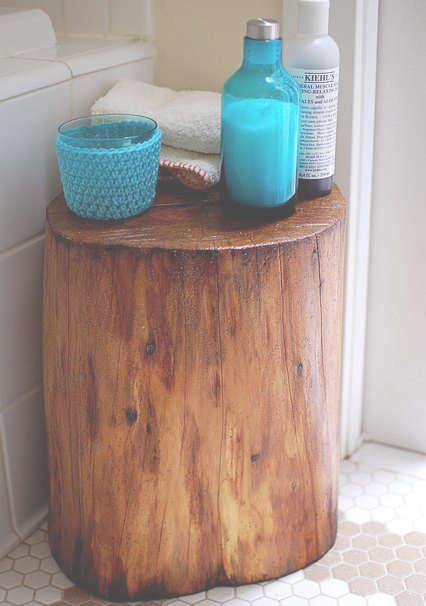 Une bûche dans la salle de bain comme table d'appoint