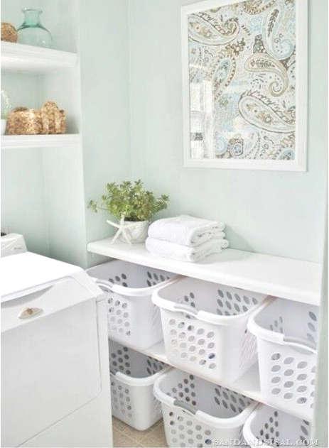 Un panier à linge sale dans la salle de lavage