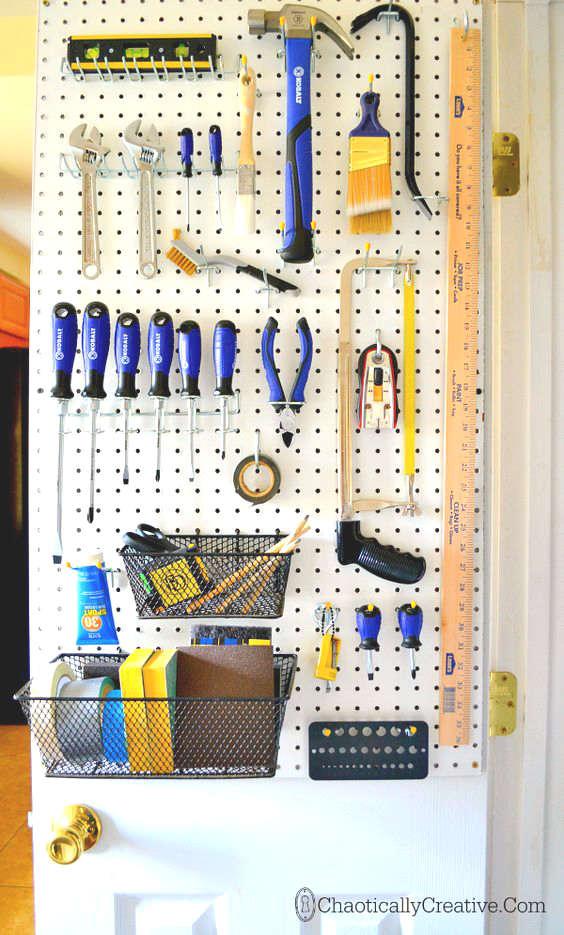 ranger les outils derrière la porte