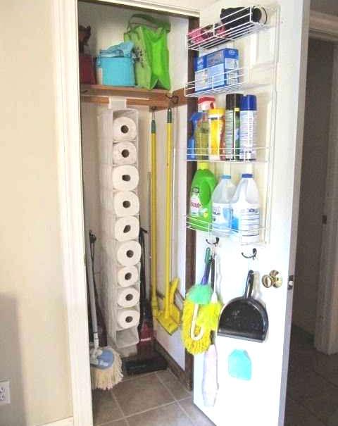 Ranger les produits ménagers derrière la porte