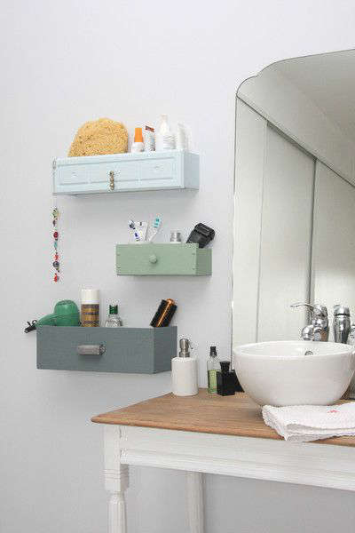 Rangement dans la salle de bain avec des tiroirs