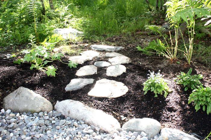 Petit chemin en pierre naturel où le fire pit