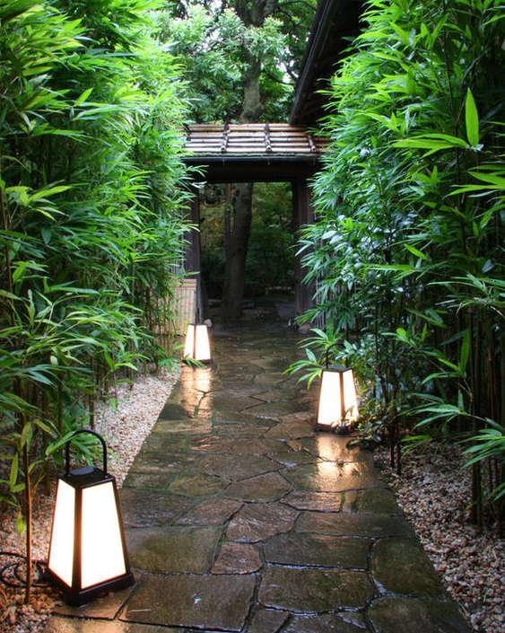 Lampe japonaise pour éclairer un chemin