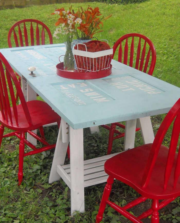 Table de picnic recyclée avec une vieille porte intérieure