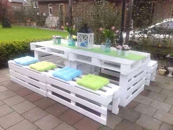 Table de picnic avec des palettes de bois